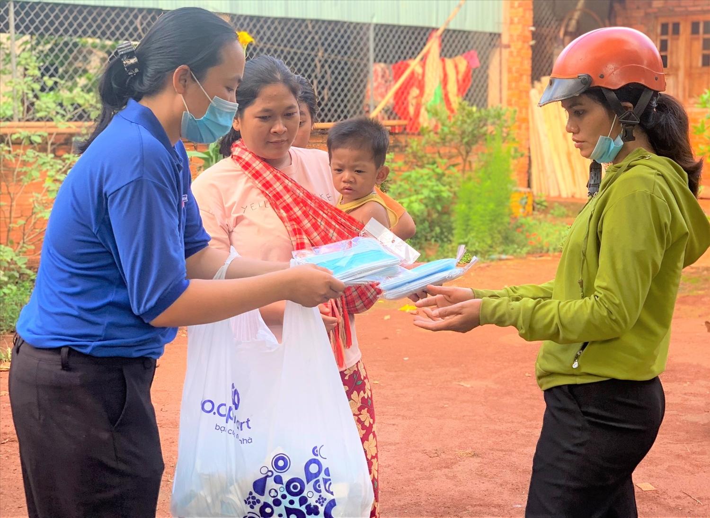 Thanh niên huyện Bù Gia Mập tích cực đi đến từng gia đình đồng bào DTTS ở vùng biên giới để phát khẩu trang miễn phí và tuyên truyền về phòng, chống dịch bệnh Covid-19.