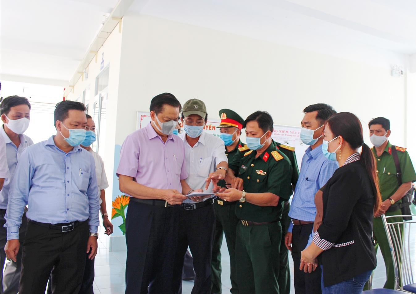 Ông Dương Tấn Hiển, Phó Chủ tịch UBND TP. Cần Thơ (áo tím) Kiểm tra thực tế tại Trường Tiểu học Phú Thứ 3