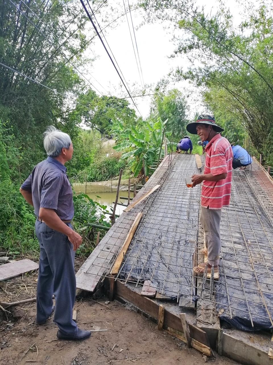 Anh Huỳnh Sa Vết (người áo đỏ) luôn là người tiên phong trong thực hiện công trình dân sinh