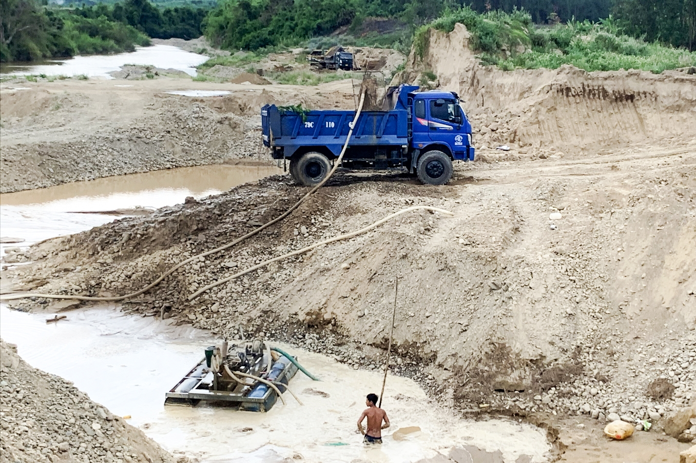 Hoạt động khai thác cát lậu biến dòng sông Chò tại thôn Cà Thiêu, xã Khánh Hiệp thành đại công trường
