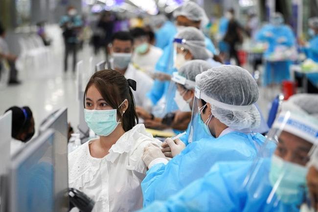 Một cơ sở tiêm ngừa COVID-19 ở Bangkok, Thái Lan Ảnh: Reuters