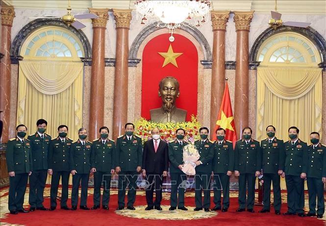 Chủ tịch nước Nguyễn Xuân Phúc cùng lãnh đạo Bộ Quốc phòng chúc mừng Thượng tướng Nguyễn Tân Cương. Ảnh: Thống Nhất/TTXVN