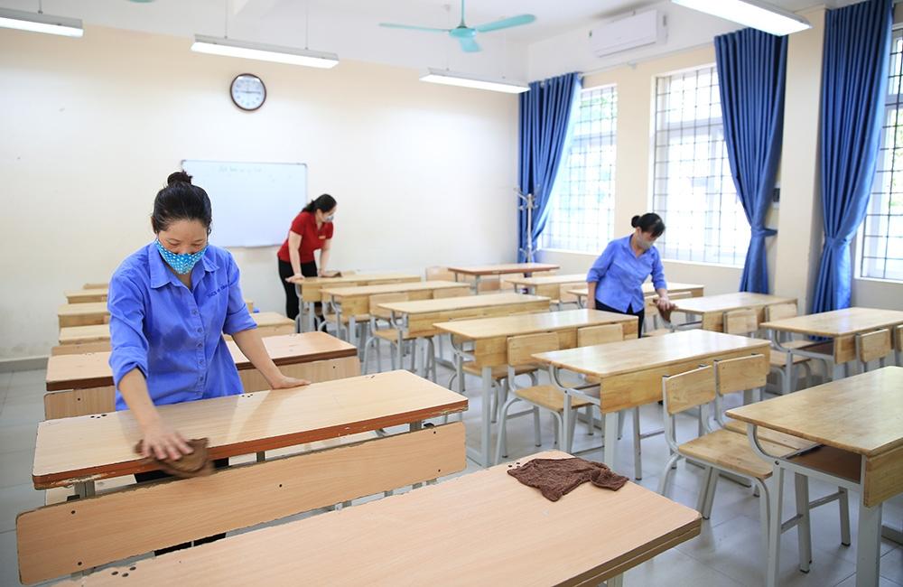Tại các trường học được chọn làm điểm thi tuyển sinh vào lớp 10, các cán bộ, giáo viên, nhân viên đang tất bật dọn vệ sinh để bảo đảm an toàn cho thí sinh tham dự kỳ thi. Ảnh minh họa