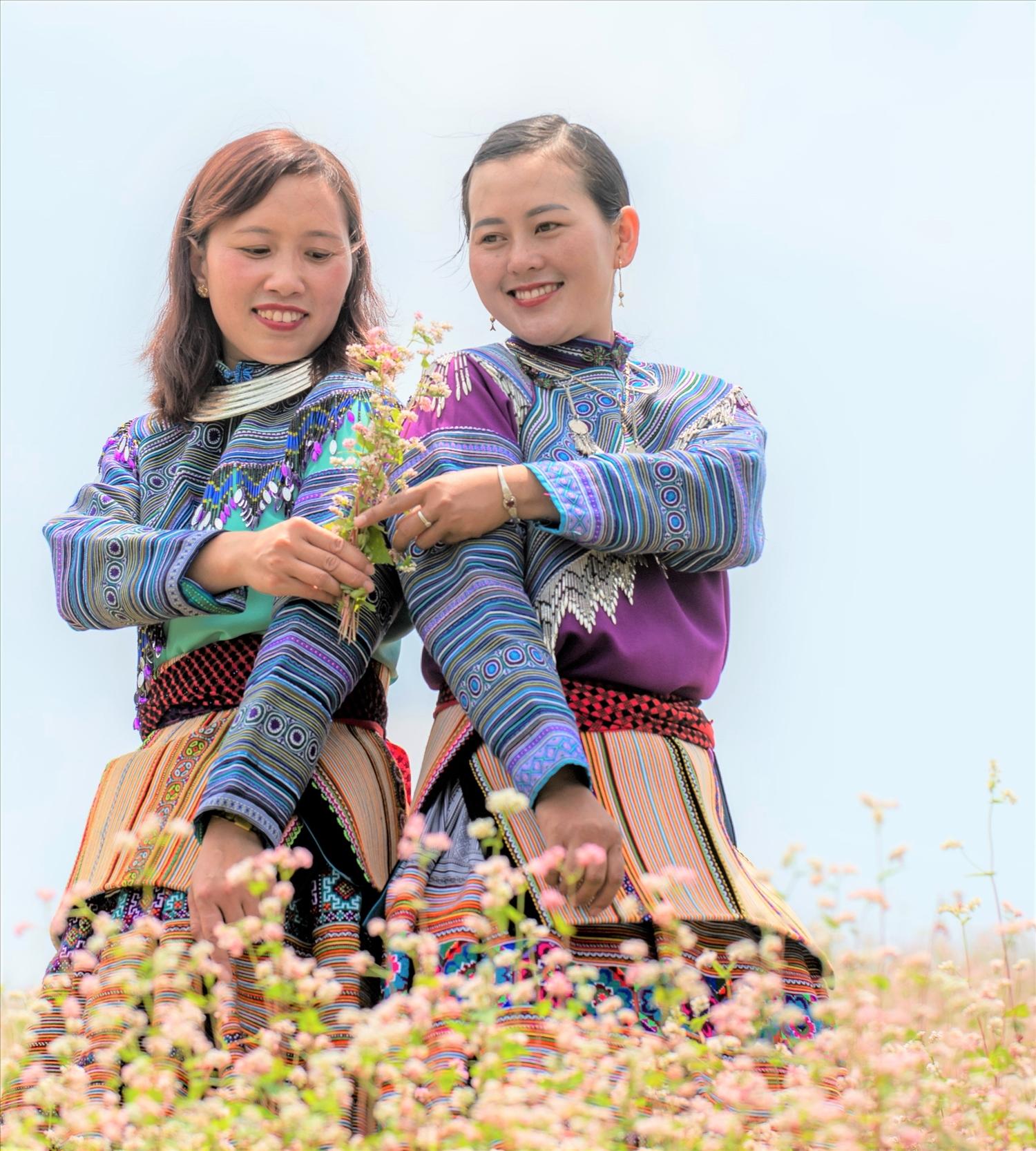 Trang phục của phụ nữ Mông Hoa Bắc Hà