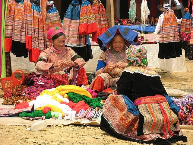 Đồng bào Mông Hoa trao đổi hàng hóa tại chợ phiên Bắc Hà (Ảnh TL)
