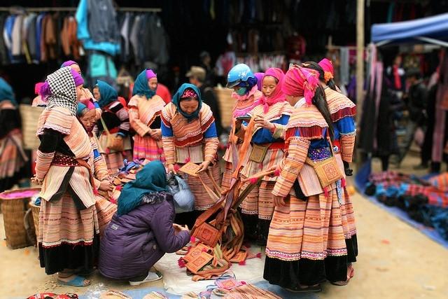 Phụ nữ Mông Hoa trong trang phục thổ cẩm nổi bật chợ phiên (Ảnh TL)