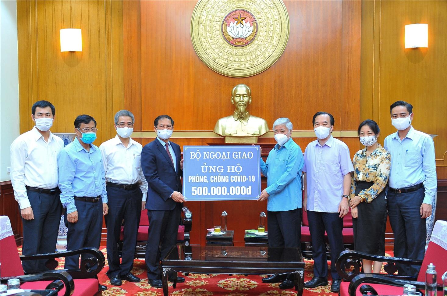 Bí thư Trung ương Đảng, Chủ tịch UBTƯ MTTQ Việt Nam Đỗ Văn Chiến đã tiếp nhận ủng hộ từ Bộ trưởng Bộ Ngoại giao Bùi Thanh Sơn
