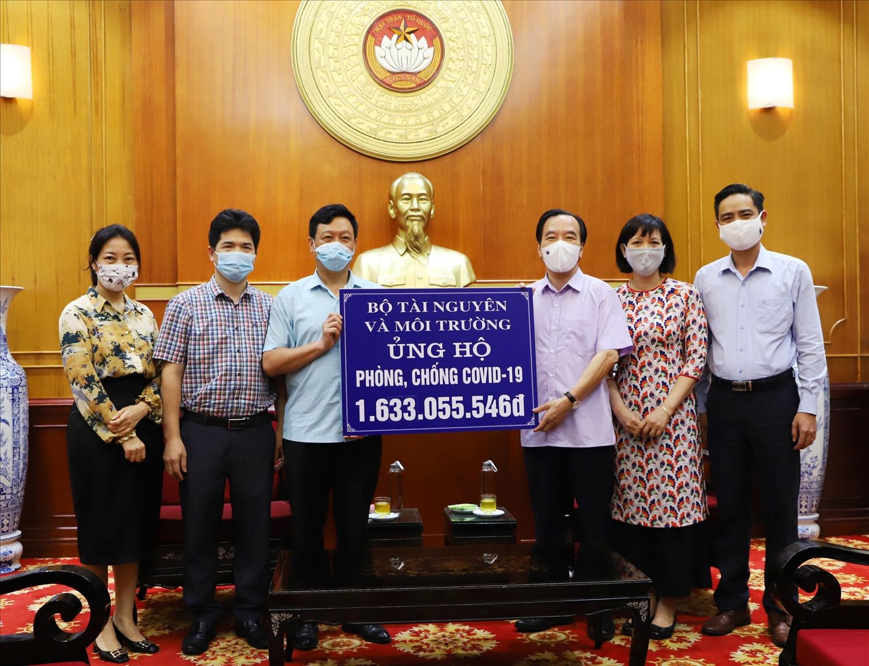 Phó Chủ tịch UBTƯ MTTQ Việt Nam Ngô Sách Thực tiếp nhận ủng hộ từ Bộ Tài nguyên và Môi trường