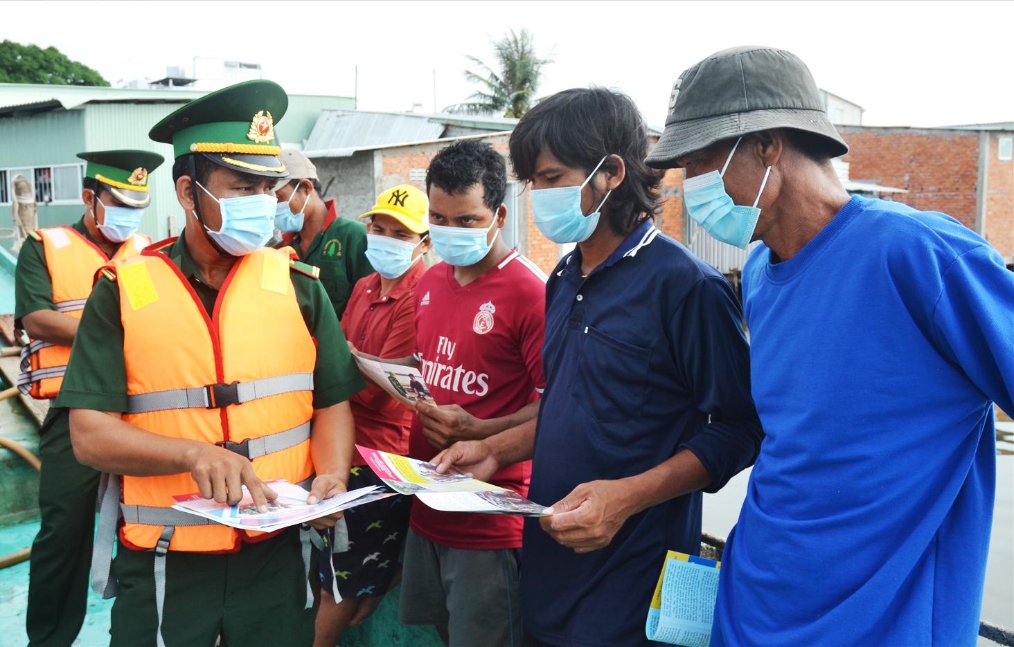 Trước khi ra khơi, các ngư dân được lực lượng chức năng tuyên truyền phòng chống dịch
