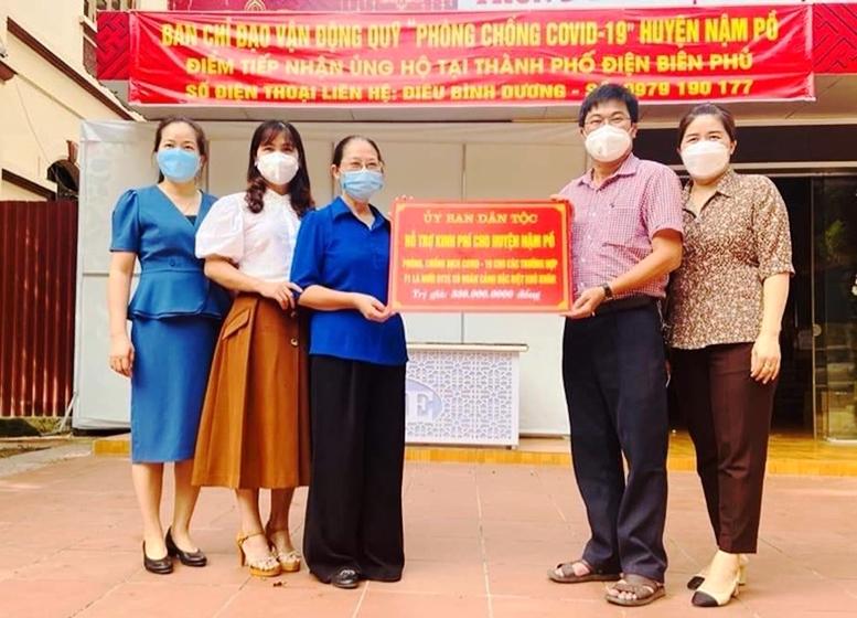 Thừa ủy quyền của Lãnh đạo UBDT, đại diện Ban Dân tộc tỉnh Điện Biên đã trao những phần hỗ trợ của UBDT đến huyện Nậm Pồ..