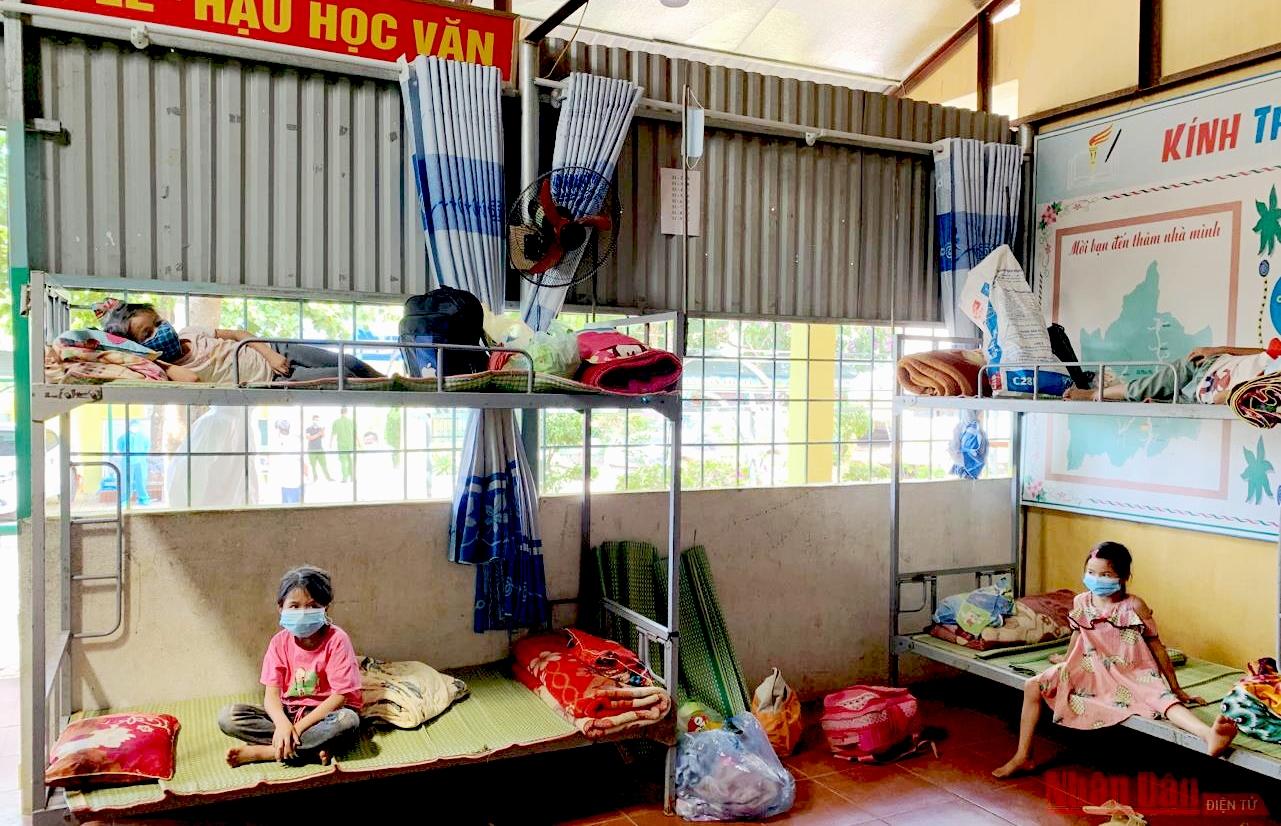 Học sinh Trường PTDT bán trú tiểu học Tân Phong tại điểm cách ly tập trung Phìn Hồ, xã Si Pa Phìn (huyện Nậm Pồ).