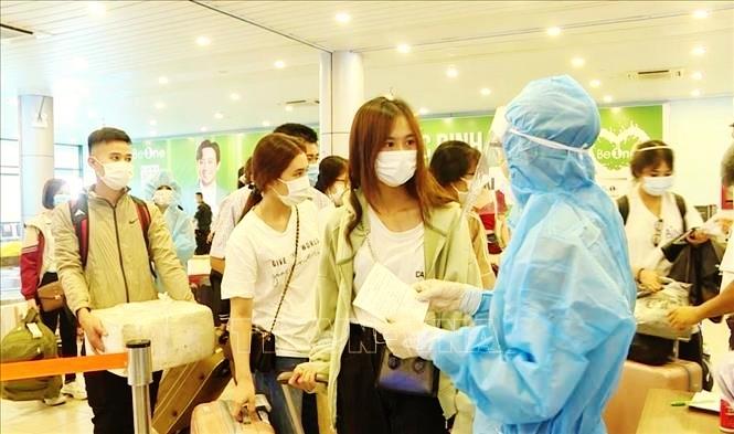 Người dân thực hiện khai báo y tế theo hướng dẫn tại Cảng hàng không Đồng Hới (Quảng Bình). Ảnh: TTXVN