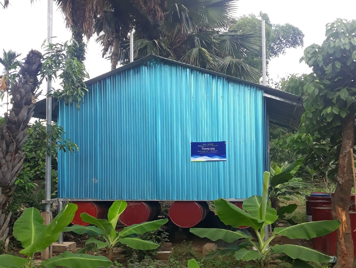 Kết cấu nhà nổi của người dân ở Tân Hóa làm bằng thép, có hệ thống thùng phi ở đáy nhà, mái che và vắch ngăn làm bằng tôn