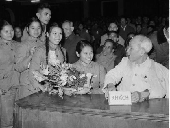 Chủ tịch Hồ Chí Minh nói chuyện thân mật với đại biểu Thanh niên xung phong dự Đại hội Thanh niên xung phong chống Mỹ cứu nước toàn miền Bắc (tháng 1/1967). Ảnh tư liệu: TTXVN