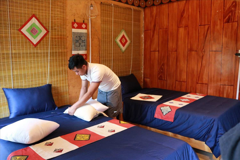 Anh Lý Văn Quang đang trang trí nội thất trong Bungalow mới xây dựng của mình ở Nặm Đặm, xã Quản Bạ (Quản Bạ)