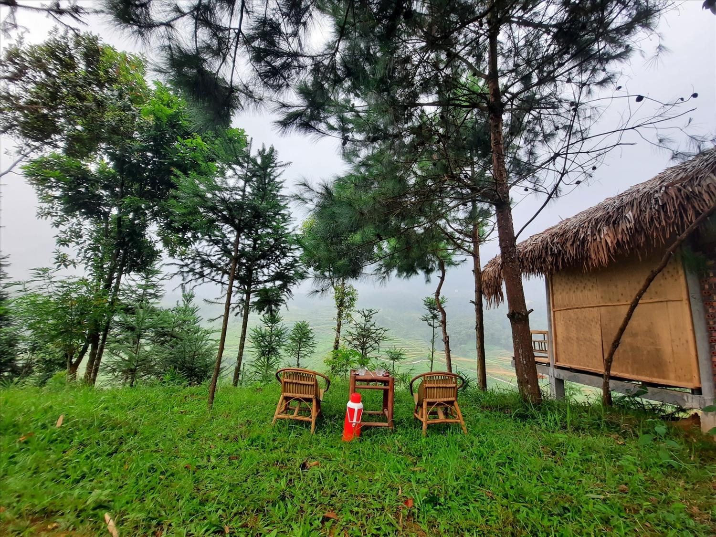 Du khách có thể ngồi thưởng thức trà, cà phê vừa ngắm phong cảnh