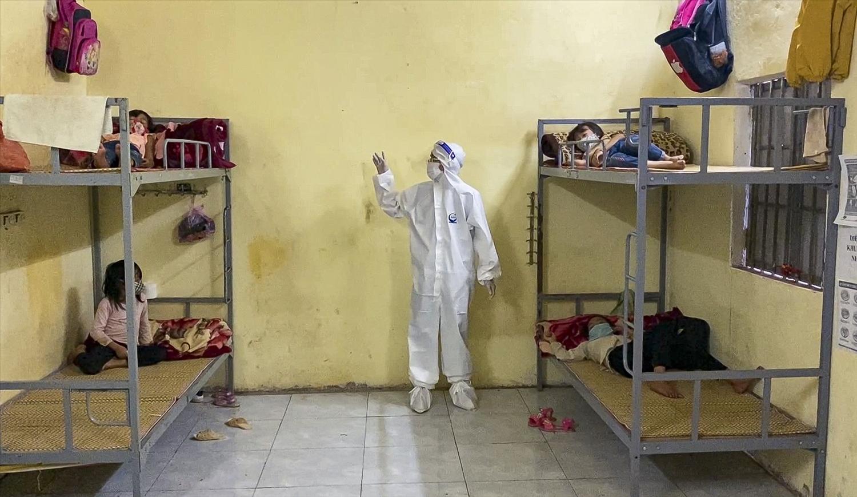 Các điểm cách ly tại huyện Nậm Pồ thực hiện nghiêm biện pháp dãn cách để hạn chế việc lây nhiễm chéo dịch bệnh.