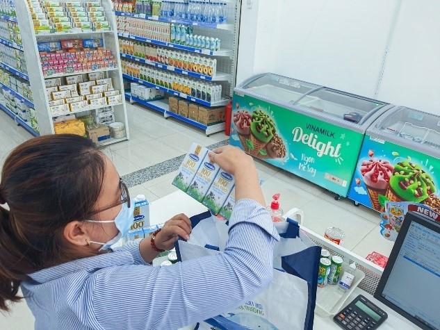 """Nhân viên của cửa hàng """"Giấc mơ sữa Việt"""" cẩn thận kiểm tra các sản phẩm trước khi giao đến tận nhà cho người tiêu dùng"""
