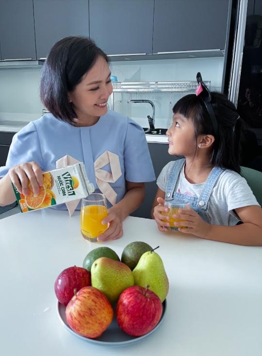 Vitamin C tự nhiên trong nước ép cam Vfresh sẽ giúp mẹ và bé tăng cường sức đề kháng hiệu quả chống lại các bệnh dịch