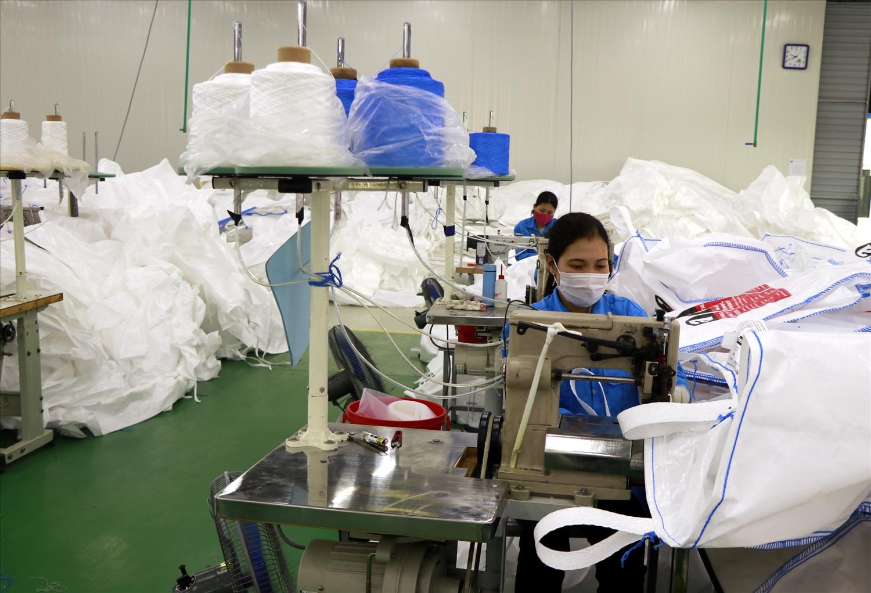 Công nhân làm việc tại tất cả các nhà máy bắt buộc phải đeo khẩu trang và thực hiện giữ khoảng cách theo quy định