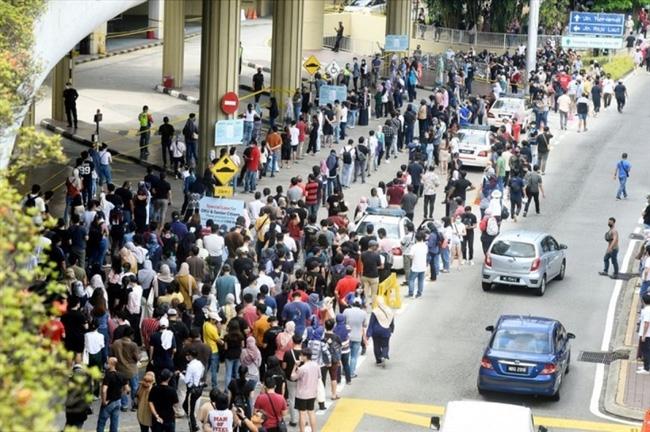 Dòng người xếp hàng chờ vaccine AstraZeneca ở Kuala Lumpur, Malaysia. Ảnh: Asia News Network