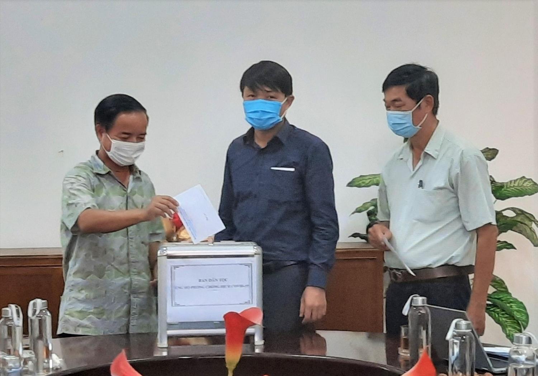 Các cán bộ công chức, viên chức của Ban Dân tộc tỉnh Thừa Thiên- Huế ủng hộ quỹ phòng chống Covid-19