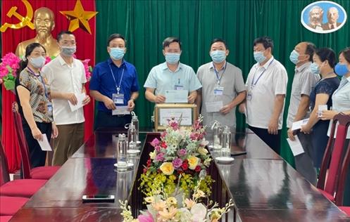 Lãnh đạo, cán bộ công chức Ban Dân tộc tỉnh Sơn La quyên góp ủng hộ công tác phòng, chống dịch Covid-19.