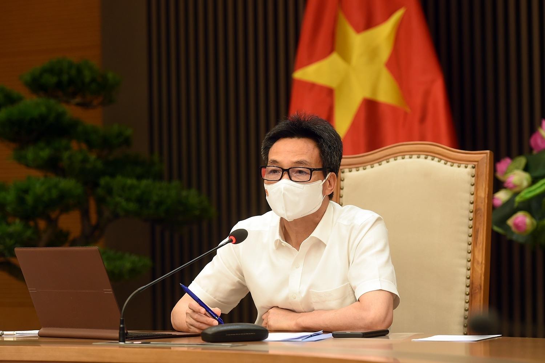 Phó Thủ tướng Vũ Đức Đam đánh giá Bắc Giang có cách làm tương đối bài bản trong việc xét nghiệm sàng lọc định kỳ, liên tục tại các khu cách ly, phong tỏa kết hợp với giảm, giãn mật độ công nhân tại các điểm nóng. Ảnh: VGP/Đình Nam