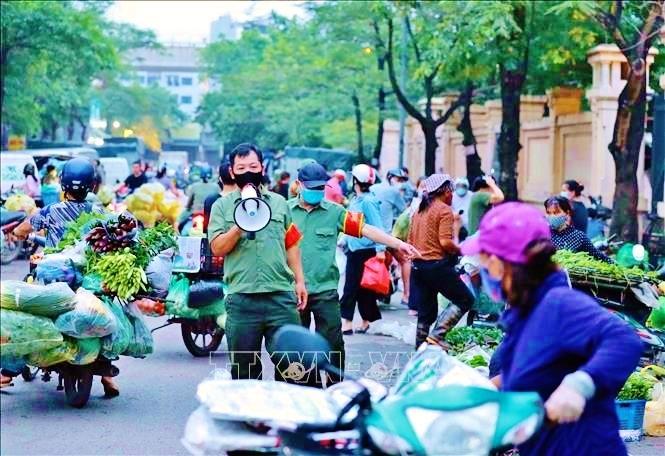 Trước diễn biến phức tạp của dịch COVID-19, các ban quản lý chợ đầu mối tại Hà Nội tiếp tục triển khai nghiêm túc các biện pháp phòng chống dịch. Ảnh: TTXVN