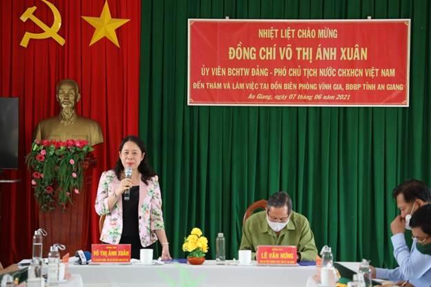 Phó Chủ tịch nước Võ Thị Ánh Xuân tại buổi làm việc với Đồn biên phòng Vĩnh Gia, huyện Tri Tôn. Ảnh Vân Anh/VPCTN