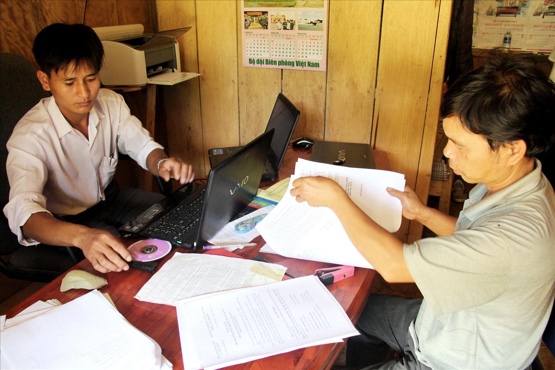 """Không chỉ vững về chuyên môn, nhiều cán bộ trẻ ở các xã vùng cao Nam Giang còn là những """"công bộc"""" tận tụy với đồng bào."""