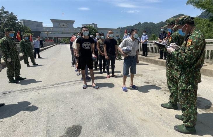 Đồn Biên phòng cửa khẩu quốc tế Tà Lùng làm thủ tục tiếp nhận công dân Việt Nam do lực lượng chức năng Trung Quốc trao trả. Ảnh: Thế Tùng/BBP