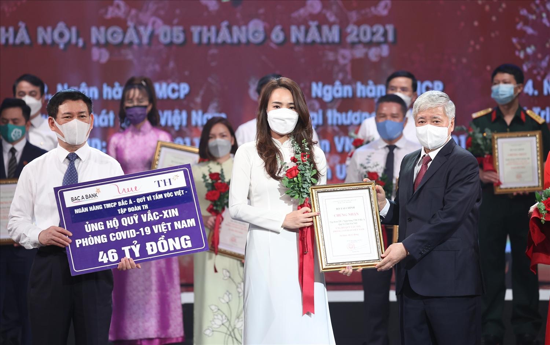 Ông Đỗ Văn Chiến, Bí thư Trung ương Đảng, Chủ tịch Uỷ ban MTTQ Việt Nam đón nhận số tiền ủng hộ Quỹ Vắc-xin phòng chống Covid-19 của Tập đoàn TH, Ngân hàng TMCP Bắc Á và Quỹ Vì tầm vóc Việt