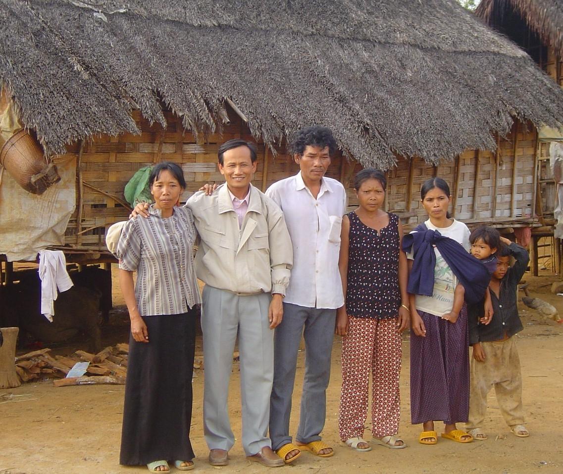 Tác giả (đứng thứ 2 từ trái qua) trong một chuyến điền dã tại vùng đồng bào dân tộc Mạ