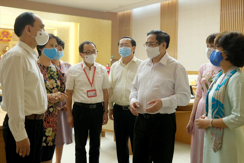 Thủ tướng Phạm Minh Chính trao đổi với các đại biểu tham dự cuộc làm việc. Ảnh: VGP/Quang Hiếu