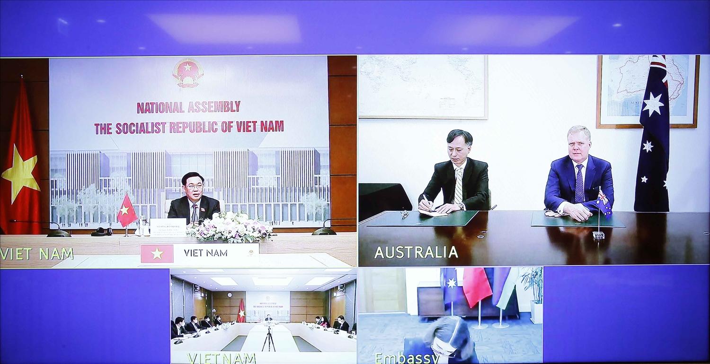 Cuộc hội đàm diễn ra dưới hình thức trực tuyến - Ảnh: VGP/Nguyễn Hoàng