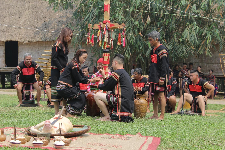 Đồng bào Ê Đê tái hiện Lễ cúng cây nêu tại Làng Văn hóa Du lịch các dân tộc Việt Nam