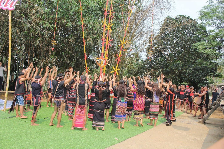 Dân làng cùng nhau múa hát sau Lễ cúng cây nêu