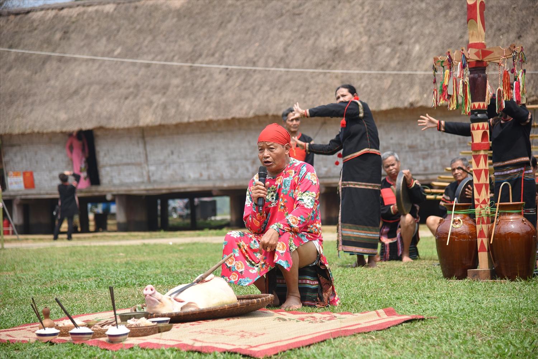 Chủ lễ thực hiện nghi thức cúng cây nêu