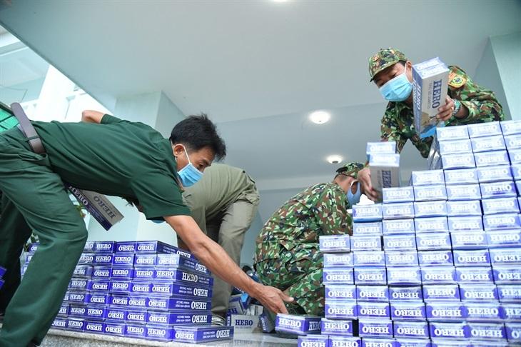 Cán bộ, chiến sĩ Đồn Biên phòng Vàm Trảng Trâu kiểm đếm tang vật vụ buôn lậu. Ảnh: Lê Quân