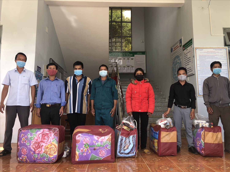 Lãnh đạo Phòng Dân tộc huyện thăm, tặng quà cho Người có uy tín của xã Văn Xuôi, huyện Tu Mơ Rông