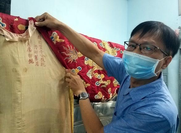 Ông Hoàng Anh Tuấn giới thiệu cụm chữ Hán trên áo vua do ông phát hiện - Ảnh: L. ĐIỀN