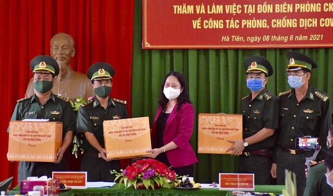 Phó Chủ tịch nước Võ Thị Ánh Xuân tặng quà cho cán bộ, chiến sĩ Đồn Biên phòng tham gia phòng, chống dịch trên địa bàn thành phố Hà Tiên.