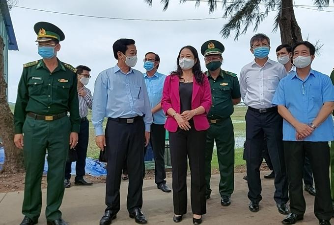 Phó Chủ tịch nước Võ Thị Ánh Xuân thăm hỏi, động viên lực lượng phòng chống dịch tại chốt kiểm soát Hà Tiên