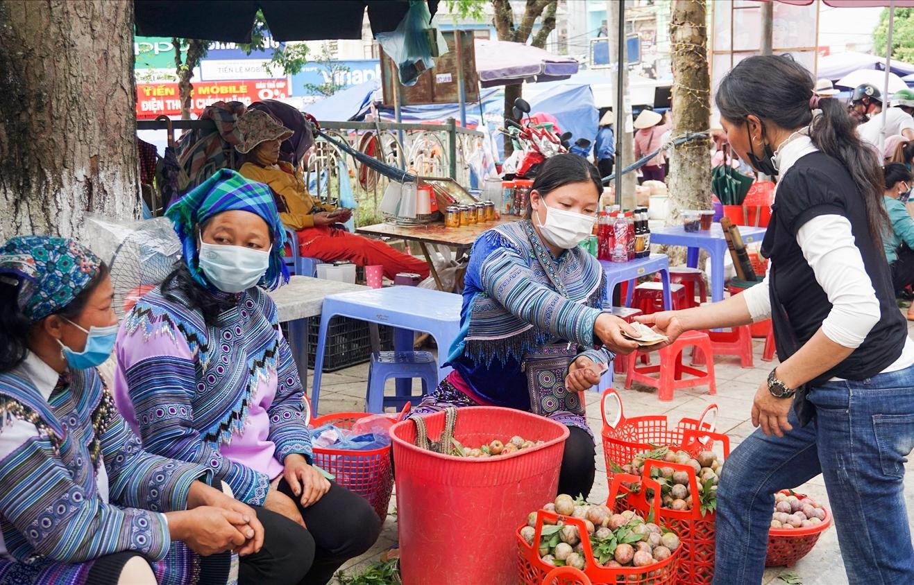 Mận tam hoa được bà con nông dân bày bán tại thị trấn Bắc Hà
