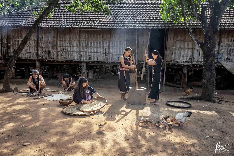 Sinh hoạt thường ngày của đồng bào Ê Đê bên ngôi nhà dài truyền thống (Ảnh Thái Bana)
