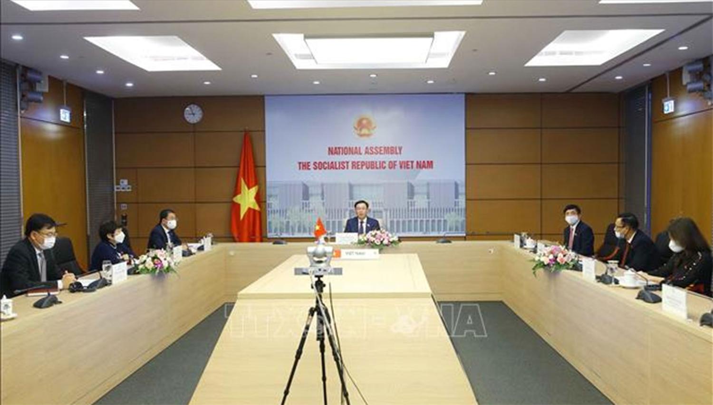 Chủ tịch Quốc hội Vương Đình Huệ và các đại biểu tại cuộc hội đàm trực tuyến - Ảnh: Doãn Tấn - TTXVN