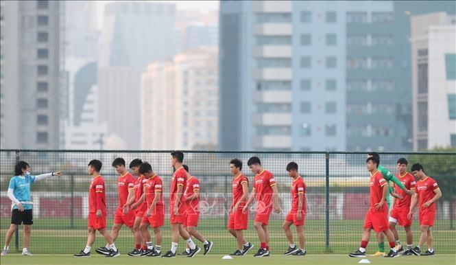 Các cầu thủ đá chính di chuyển sang phần sân bên cạnh để tập thả lỏng. Ảnh: Hoàng Linh/Pv TTXVN tại UAE