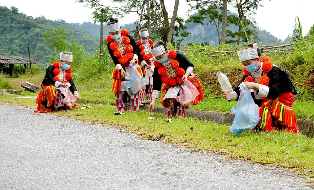 Chị em phụ nữ thôn Nà Lạ, xã Sơn Phú (Na Hang) thu gom rác thải nhựa bán lấy tiền mua khẩu trang tặng hộ nghèo.
