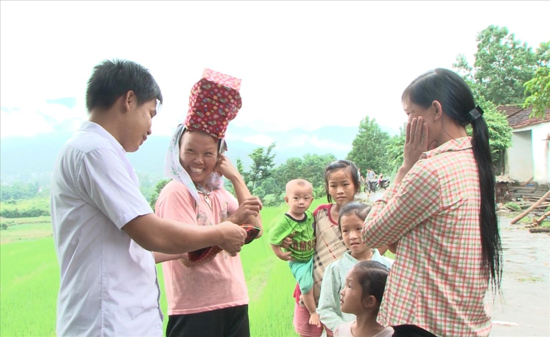 Anh Bùi Xuân Chiều (ngoài cùng bên trái), Người có uy tín thôn Nà Sa luôn có những đóng góp tích cực cho địa phương